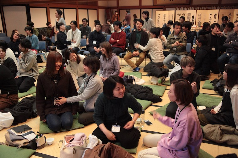 北鎌倉・建長寺で行われたEcological Memes Forum2019で楽しそうに意見交換を行う参加者たち