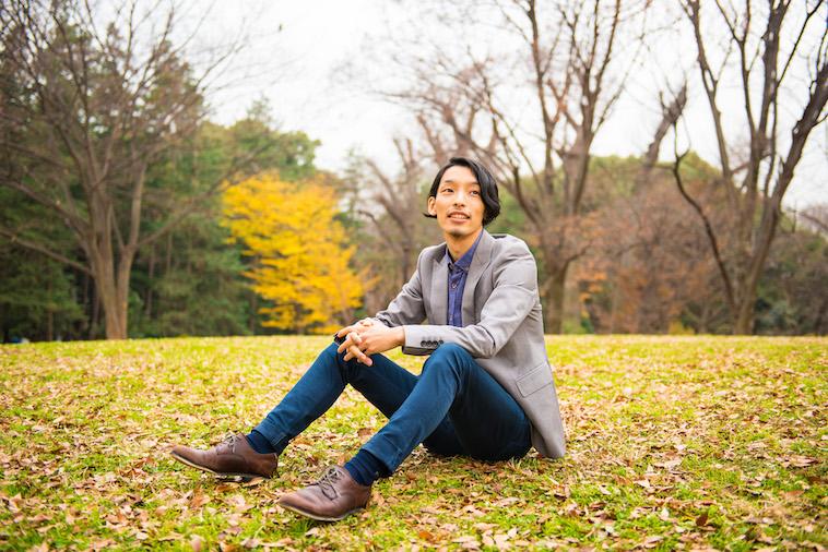 【写真】芝生の上に座るこばやしさん