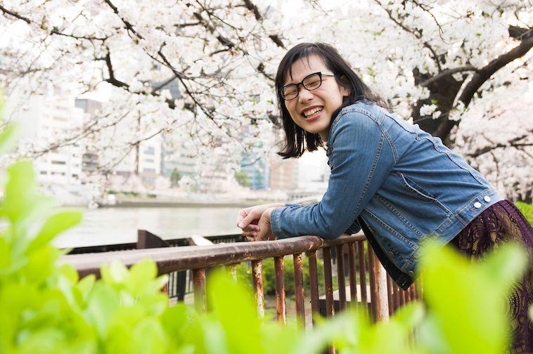 【写真】桜の木の下で笑顔を見せるうけばさん