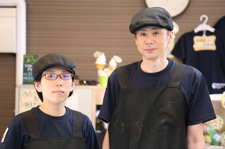 【写真】並んでほほえむタカヨシさんとチアキさん