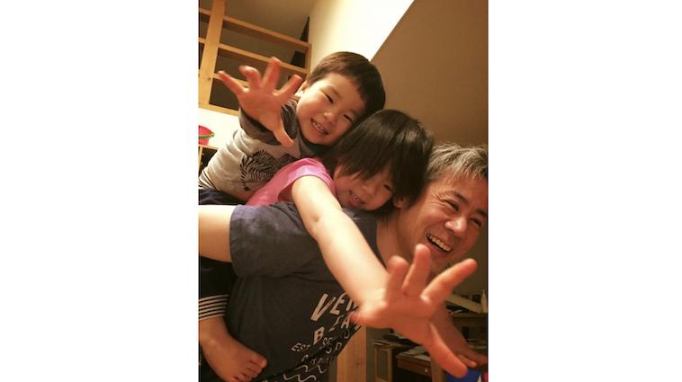 【写真】タカヨシさんと二人のお子さん