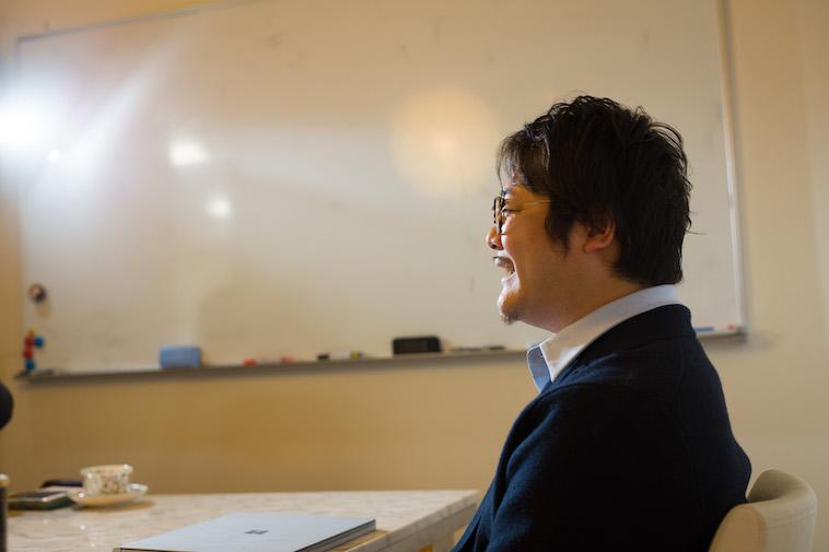 【写真】インタビューにこたえるいしいさんの後ろ姿