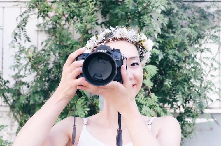 【写真】笑顔でカメラを構えているめめさん