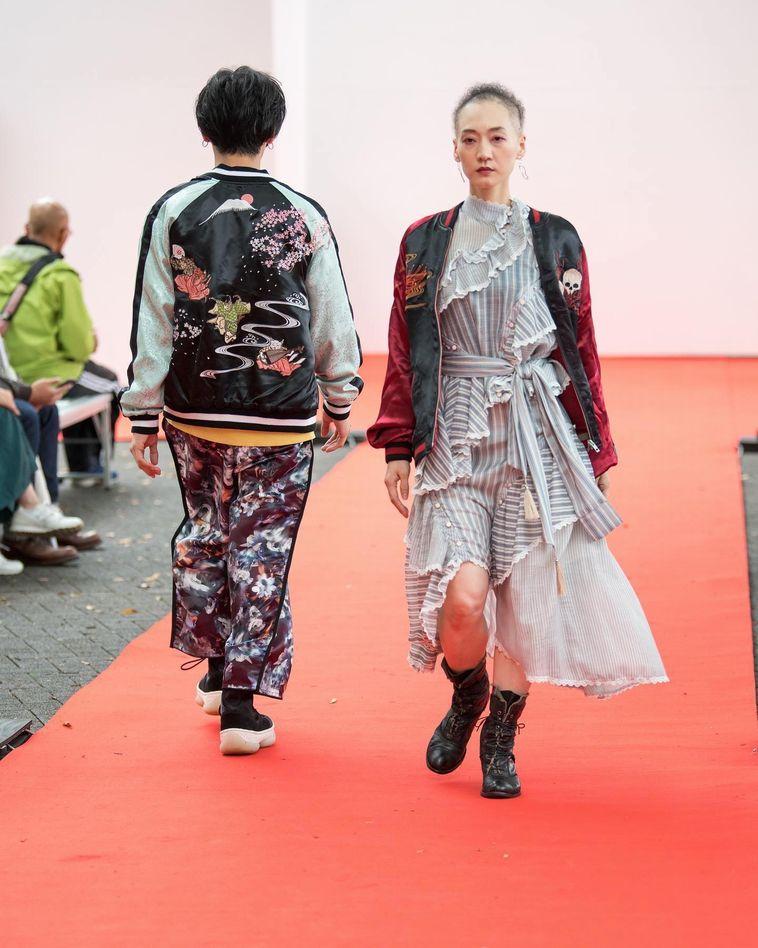 【写真】ファッションショーで歩くめめさん