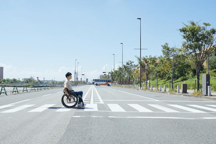 【写真】車椅子で道路をわたるなかむらさん