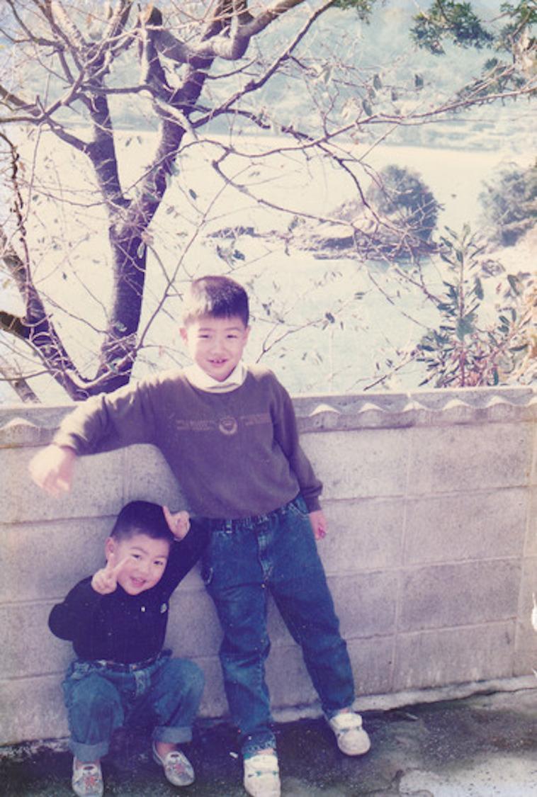 【写真】笑顔でこちらを見ている、幼い頃のなかむらさん兄弟