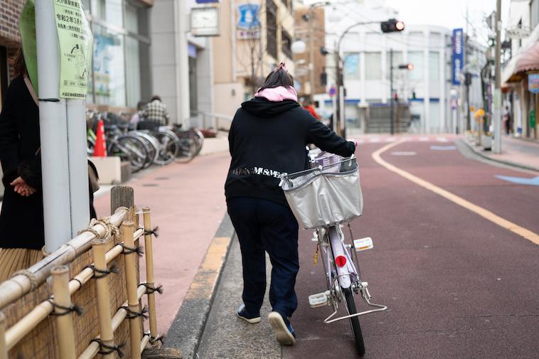 【写真】自転車を押しながら歩くしょうこさん