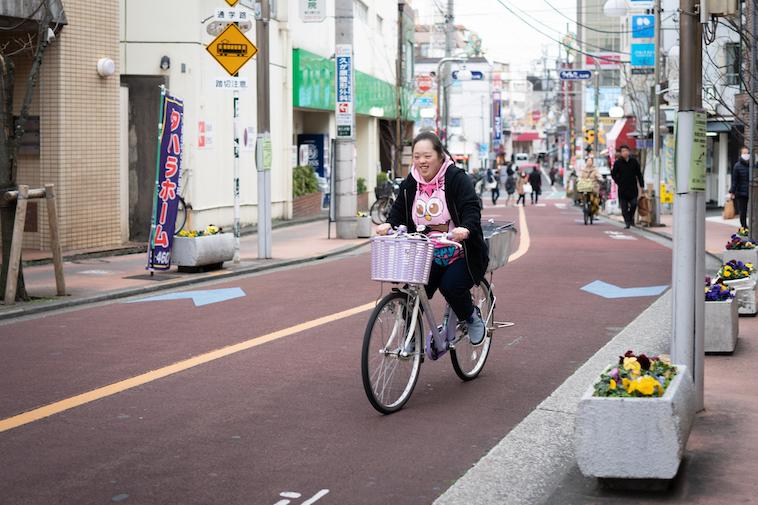 【写真】自転車で商店街を駆け抜けるしょうこさん