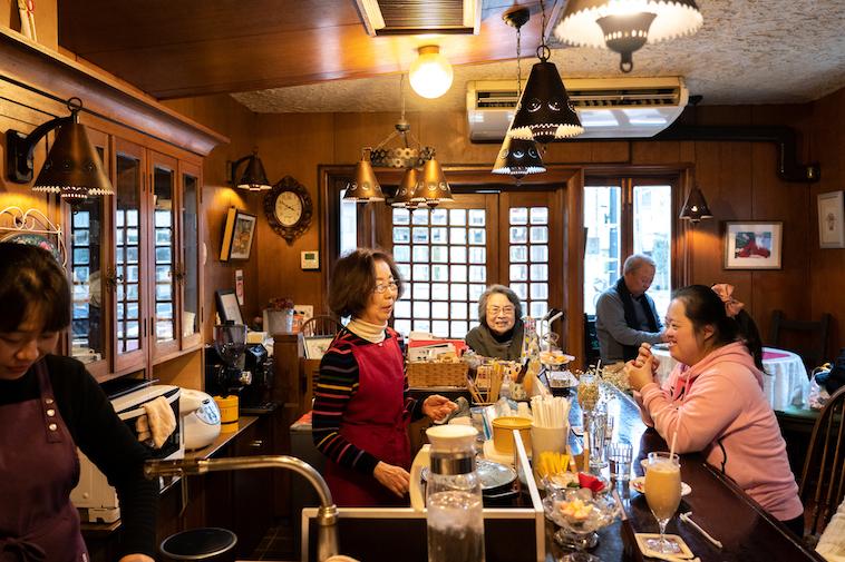 【写真】カフェおとなしのスタッフ、お客さんと話をするしょうこさん
