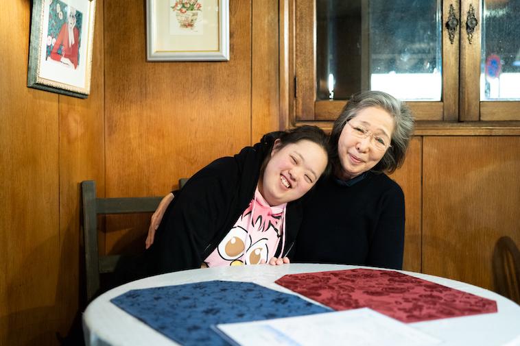 【写真】肩を組んで微笑むかなざわしょうこさんとやすこさん