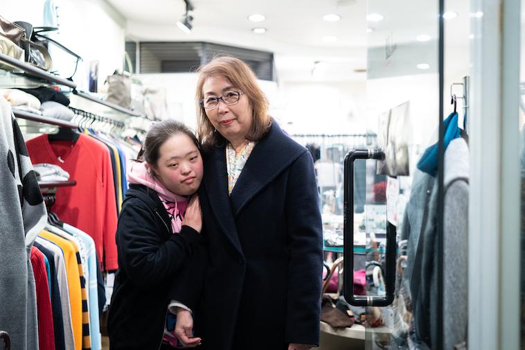 【写真】商店街のお店の人と腕を組むしょうこさん