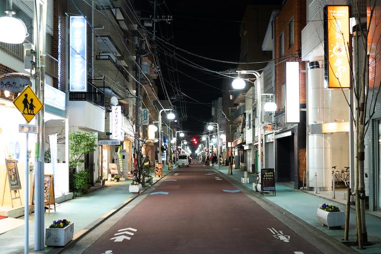【写真】夜の商店街の様子