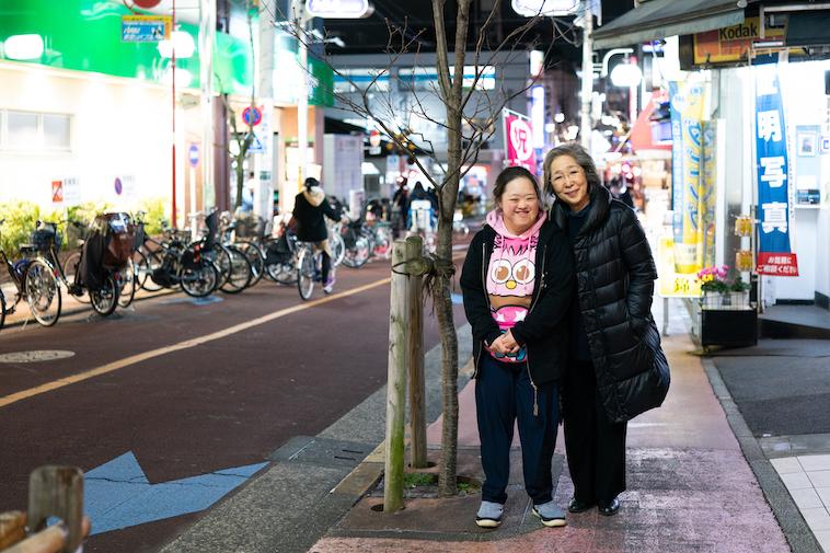 【写真】商店街を歩くしょうこさんとやすこさん