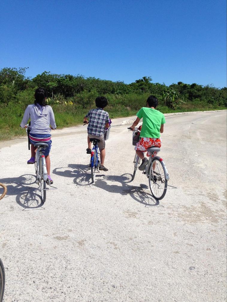 【写真】自転車に乗る小野さんと西川さんのお子さん
