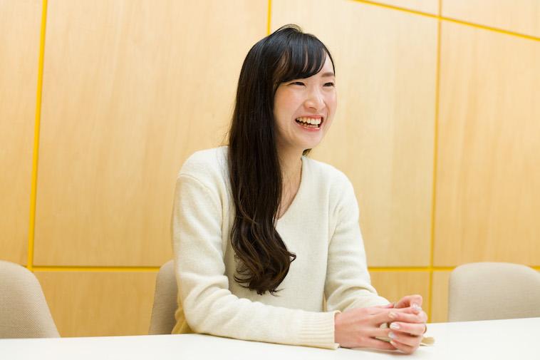 【写真】笑顔で話をする秋本さん
