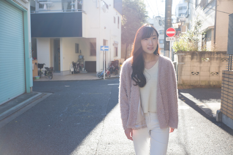 【写真】カメラを見つめる秋本さん