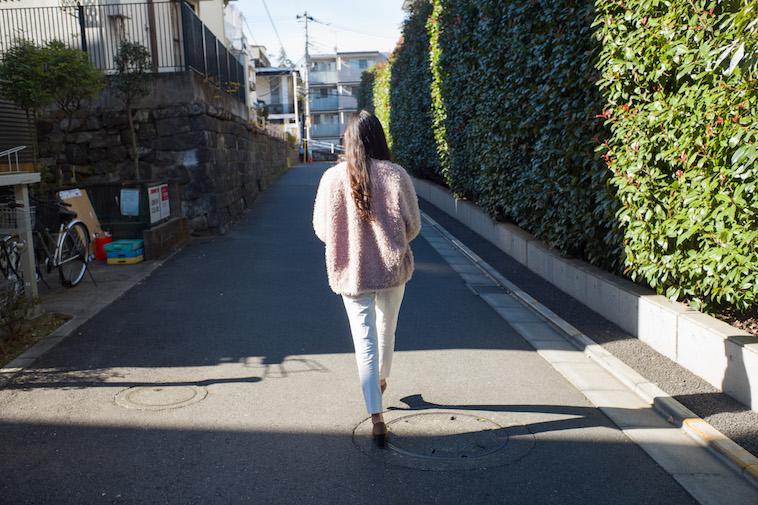 【写真】歩道を歩いている秋本さん