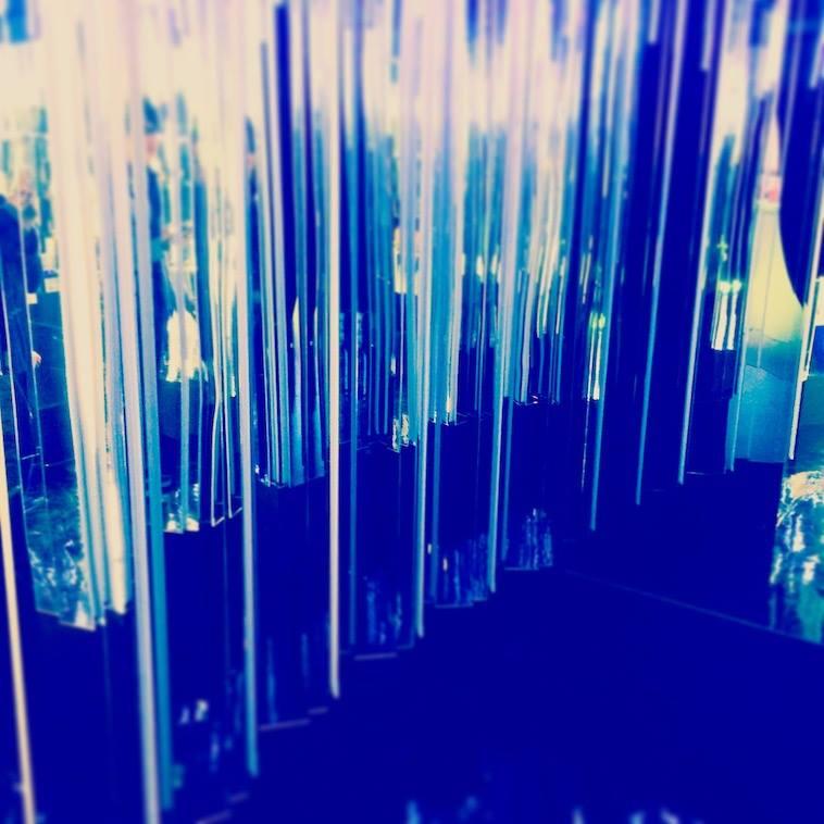 【イラスト】青い雨のような模様のイラスト