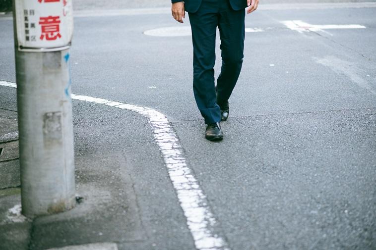 【写真】道を歩くさいとうさんの足元