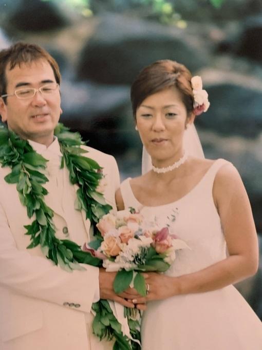 【写真】結婚式でドレスを着ているあさいさんとパートナーさん