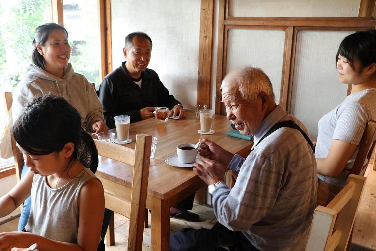 【写真】まちのカフェに集まり、お互いに助け合う地域の人々