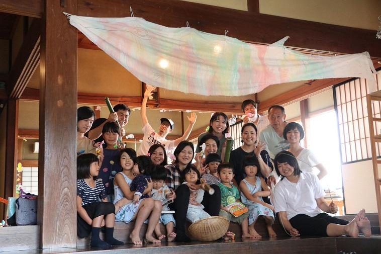 【写真】みんなのお家に集まり楽しそうに笑う地域の人々