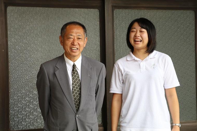 【写真】笑顔で微笑む先生役の地域の方とスタッフの方