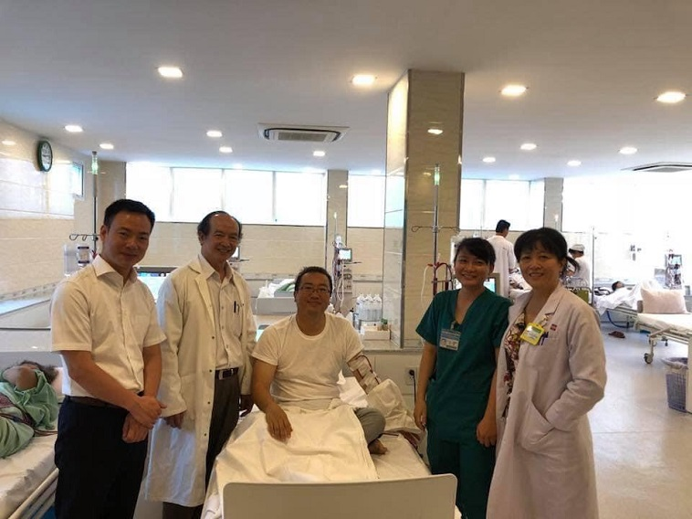 【写真】海外の透析病院で治療を受けるいけまさん (提供写真)