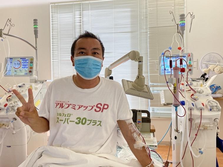 【写真】透析治療を受けながら笑顔でこちらをみるいけまさん (提供写真)