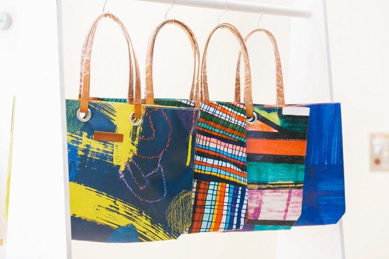 【写真】四角や大きい縞模様など大胆な柄のバッグが4つ並んでいる